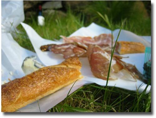 Keep It Simple picnic food idea compliments of http://www.flickr.com/photos/bruncholo/112518503/