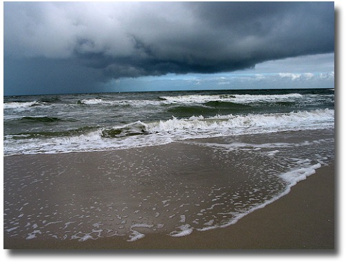 Storm coming in over Chelsea Beach, Melbourne, Australia compliments of http://www.flickr.com/photos/dey/133265912/