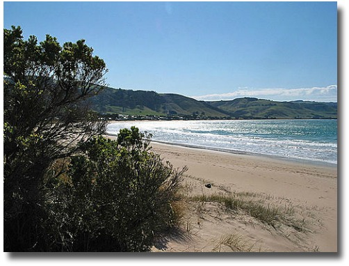 Apollo Bay beach compliments of http://www.flickr.com/photos/kinghwa/38844745/