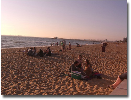 Escape the heat at St Kilda Beach compliments of http://www.flickr.com/photos/avlxyz/2077105297/