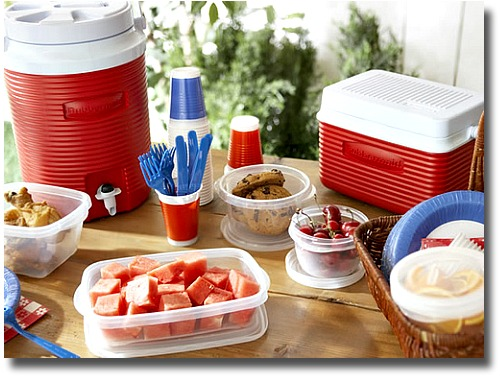 4th July theme for a picnic compliments of http://www.flickr.com/photos/rubbermaid/2623926019/