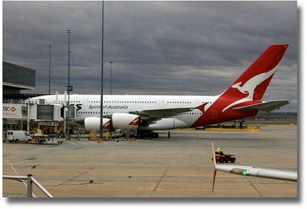Melbourne Airport Qantas plane compliments ofhttp://www.flickr.com/photos/chrisjrn/3472246931/
