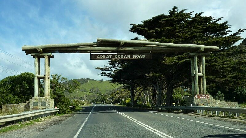 Sign at the start of the Great Ocean Road by Bobak Ha'Eri, CC BY 3.0, https://commons.wikimedia.org/w/index.php?curid=10767720