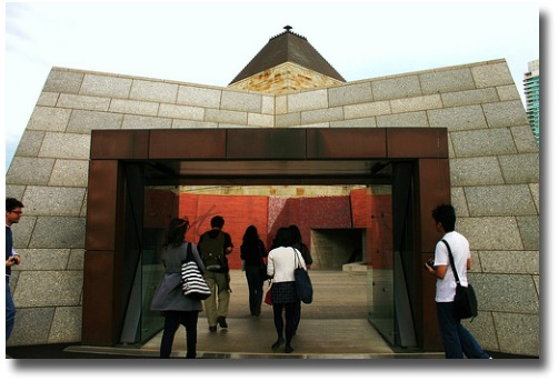 Visitors Centre At The Shrine Of Remembrance compliments of http://www.flickr.com/photos/prawncrisps/2898130652/